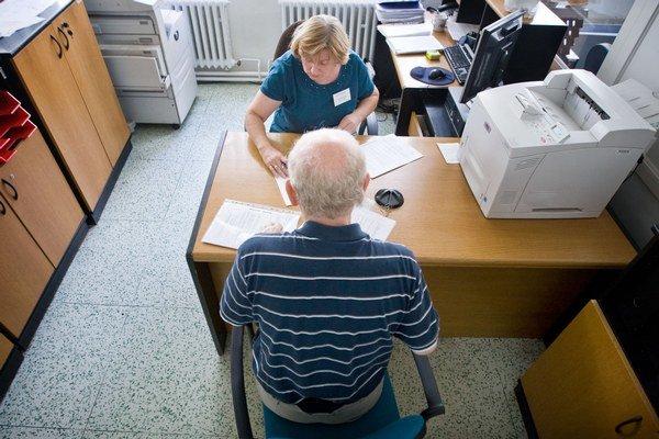 Sociálna poisťovňa bude v najbližších mesiacoch rozhodovať, kto dostane minimálny dôchodok.