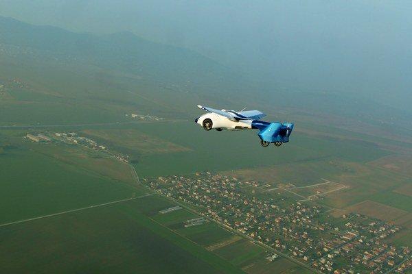 Lietajúce auto zo Slovenska počas testovacieho letu.