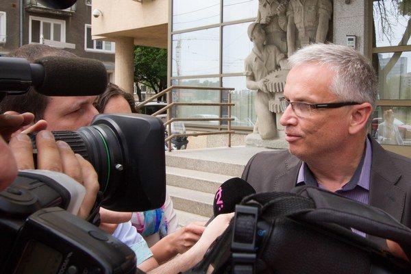 Generálny riaditeľ Váhostavu Marián Moravčík odchádza z polície po výsluchu.