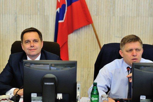 Minister financií Peter Kažimír (vľavo) a premiér Robert Fico.