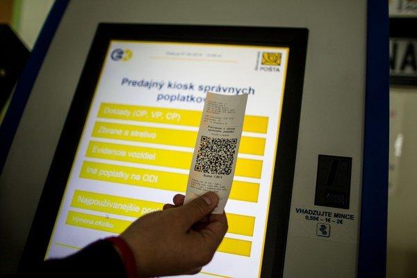 Samoobslužné stroje na platbu správnych poplatkov sú len v niektorých úradoch.