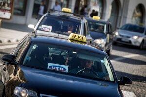 Protestná jazda bratislavských taxikárov proti alternatívnej taxislužbe Uber.