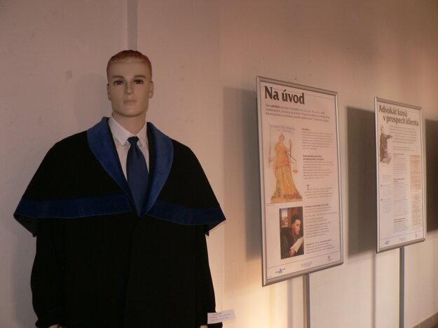 Na výstave možno vidieť aj advokátsky talár.