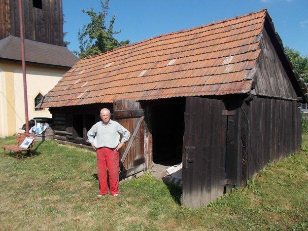 Syn kováča turistom zvyčajne ukáže pôvodné náradie, vysvetlí, ako sa s ním pracovalo a porozpráva, čo všetko kováči na dedine robili. FOTO: AUTOR