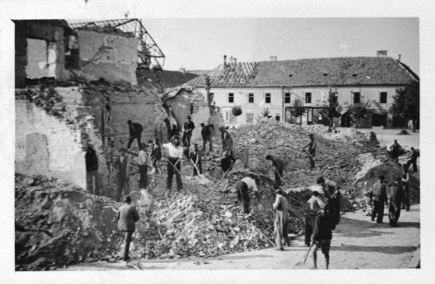 Hotel Zlatý lev po bombardovaní.