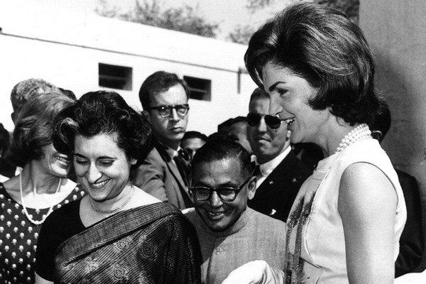 Jackie Kennedyová a Indira Gandhiová.