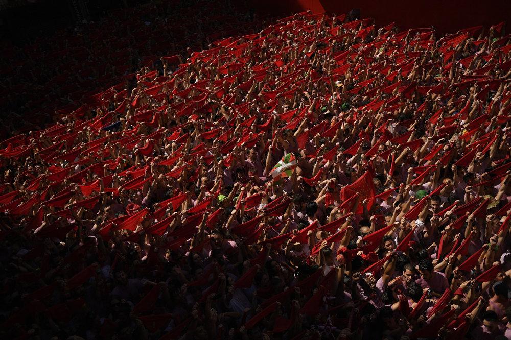 Účastníci behu s tradičnými červenými šatkami sa tešia po výstrele svetlice na otváracom ceremoniále festivalu sv. Fermína.