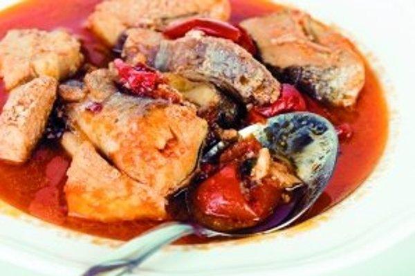 Najmä v južných oblastiach Slovenska sa zvykla na Štedrý večer podávať aj pikantná rybacia polievka nazývaná halászlé.