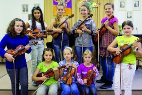 Zľava: Mária (10), Sophia (10), Laura (14), Petra (14), Emily (11), Dominika (11)Zľava sedia: Julianna (11), Hanka (9), Lea (8)