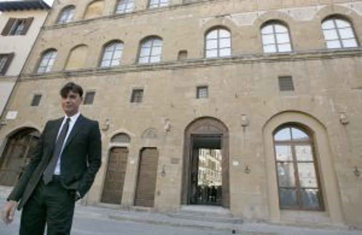 537456539 Výkonný šéf módnej značky Gucci Patrizio Di Marco pózuje pre fotografov  pred múzeumom Gucci vo Florencii