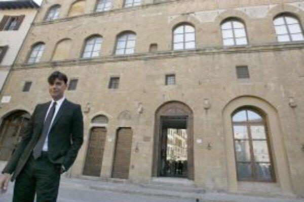 Výkonný šéf módnej značky Gucci Patrizio Di Marco pózuje pre fotografov pred múzeumom Gucci vo Florencii. Múzeum sa nachádza v budove stredovekého paláca na námestí Piazza della Signoria.