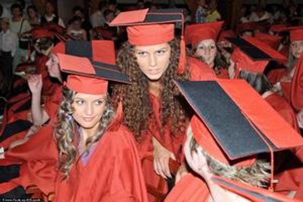 Študentky Pedagogickej fakulty Katolíckej univerzity v Ružomberku počas promócií v slávnostných talároch.