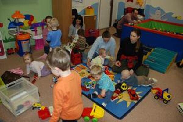 Materské centrum Macko. Počas prednášky tu deti nebývajú odložené, ale hrajú sa, prípadne i počúvajú spolu s rodičmi.