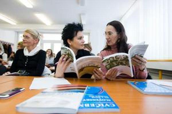Slovenčinárky sa v stredu zoznamovali s novými učebnicami.