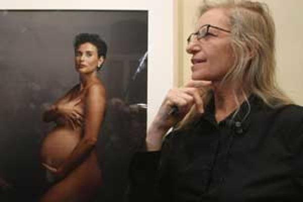 Annie Leibovitz, ktorú preslávila aj fotografia tehotnej Demi Moorovej, si tiež nechala vynosiť dvojičky.