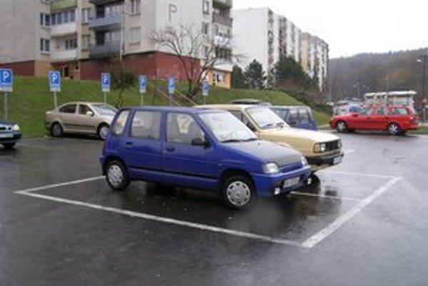 Sídlisko Okulka vo Vranove nad Topľou. Situácia s parkovaním v meste je zložitá.