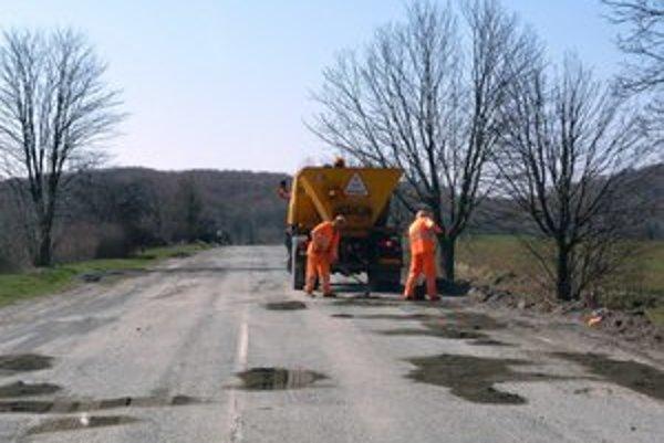 Cesta pri Domaši. Pravidelné zasypávanie dier podľa vodičov nepomáha. Úsek podľa SSC začnú obnovovať po výbere dodávateľa.
