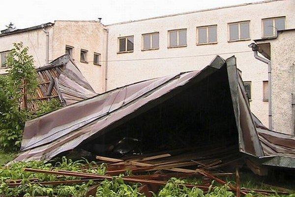 Práce na prestavbe školy pribrzdila a predražila májová veterná smršť.