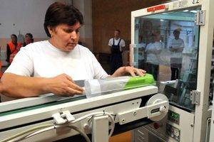 Výrobná linka spoločnosti Bukóza Holding počas slávnostného spustenia novej linky na výrobu hygienických potrieb v spoločnosti za účasti ministra hospodárstva Pavla Pavlisa.