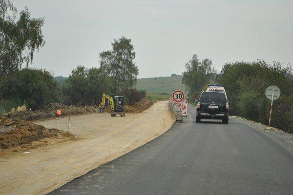 Oprava cesty. Práce na rekonštrukcii pri Holčíkovciach pokračujú.