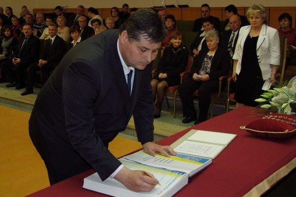 Staronový primátor Vranova nad Topľou Ján Ragan počas piatkové ustanovujúceho zasadnutia mestského zastupiteľstva.