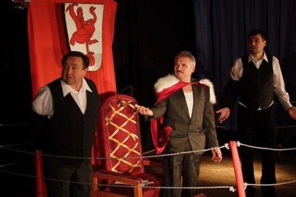 Na snímke herci Kladzanského ľudového divadla počas premiéry hry Kráľ Zemplína v obci Kladzany.