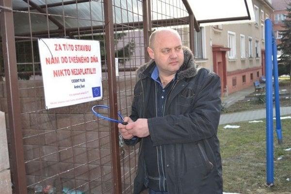 Andrej Šust pri uzamykaní kontajnerov.
