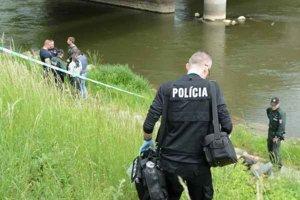Mŕtvola pod mostom. Polícia začala stíhanie pre zabitie.