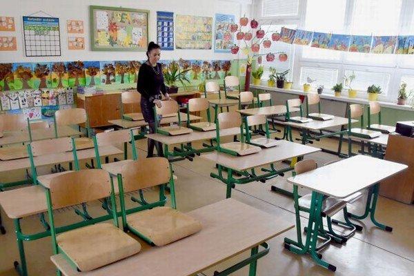 Na snímke riaditeľka Základnej školy na sídlisku Juh vo Vranove nad Topľou Zlatica Halajová v prázdnej triede školy.