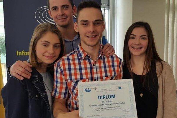 Euroscola. Víťazi s diplomom za historicky prvé miesto pre túto vranovskú školu.