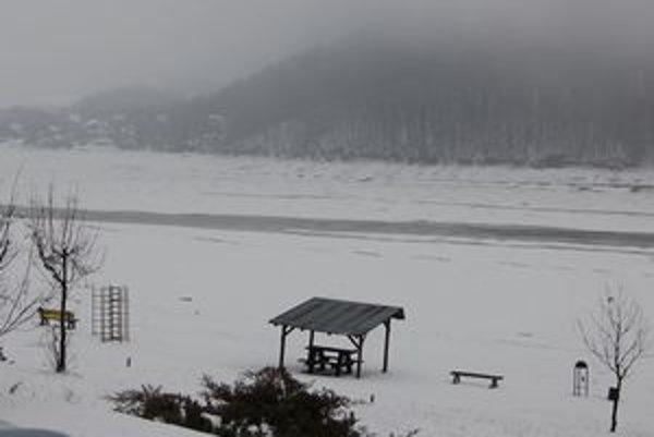 Domaša už nevyzerá ako mesačná krajina, milosrdne ju pokryl sneh a ľad. Ten by mal zvýšiť aj hladinu.