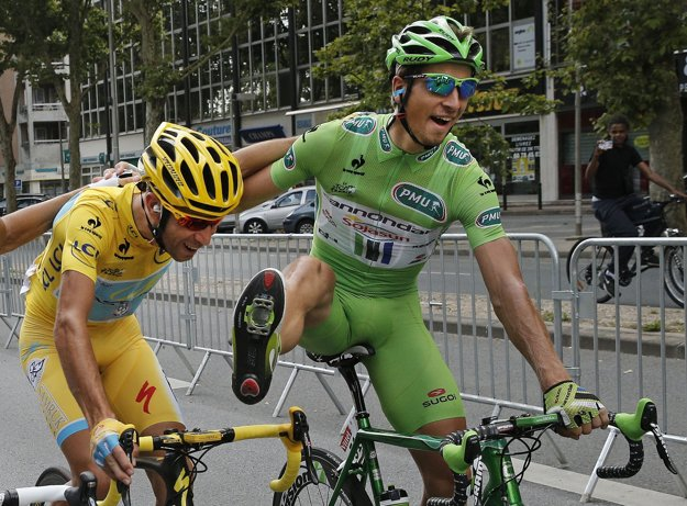 Veľký kamarát Petra Sagana a celkový víťaz Tour z roku 2014 Vincenzo Nibali (v žltom) sa nachádza v úniku.