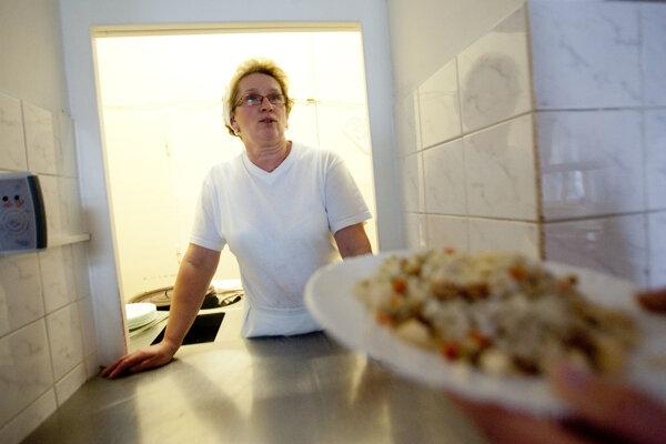 Hospitalizovaní sa salmonelózou nakazili v miestnej závodnej jedálni.