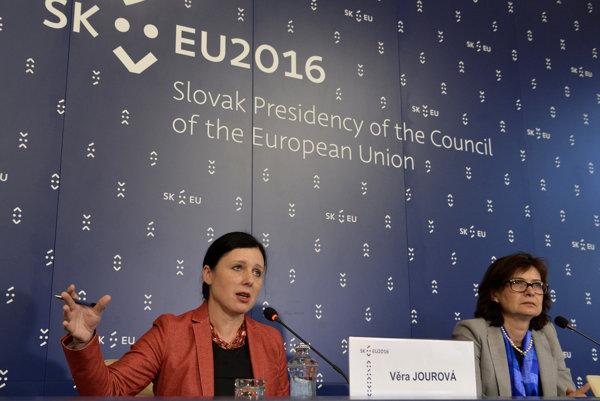 Na snímke vľavo eurokomisárka pre spravodlivosť, ochranu spotrebiteľov a rodovú rovnosť Věra Jourová a vpravo ministerka spravodlivosti SR Lucia Žitňanská.