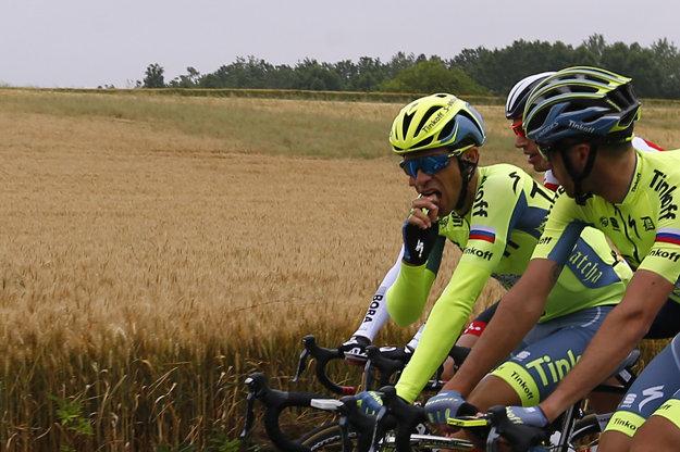 Cyklisti potrebujú jesť aj počas etáp.
