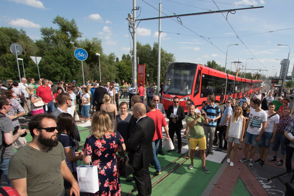 Oficiálne otvorenie Starého mosta pri príležitosti sprevádzkovania električkovej trate do Petržalky.