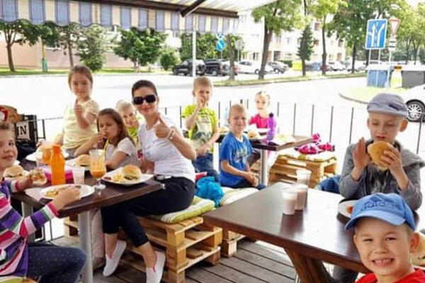 Prváci si pochutili na burgeroch v Bistre u Nika.