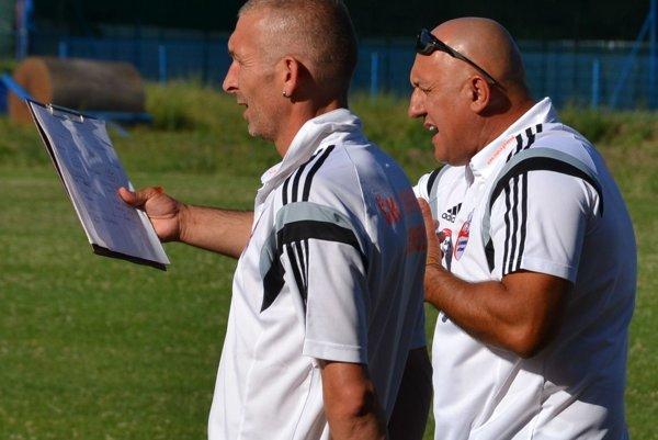 Tréner János Vízteleki (vpravo) s asistentom Zoltánom Bástim.