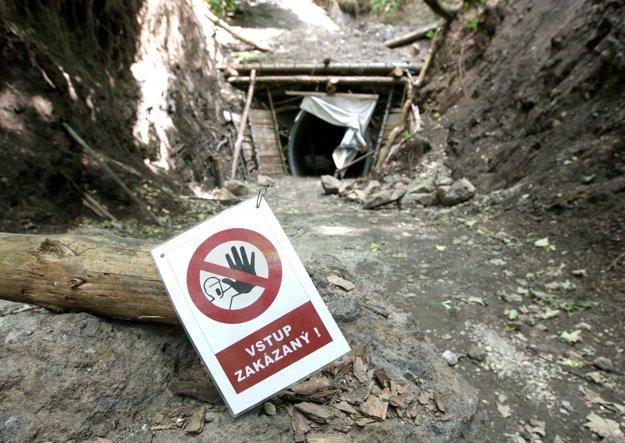 Tunel je síce priechodný, no smerom od Skalky sa stále pracuje na portáli. Voľte preto obchádzku ponad tunel.
