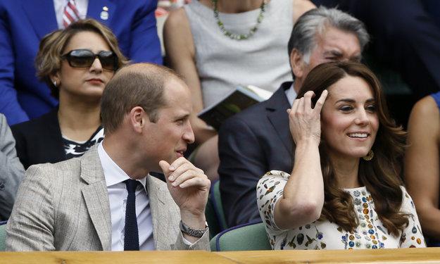 Na tribúne je aj obligátna návšteva - princ William a jeho manželka Kate.