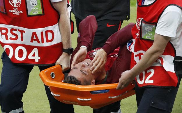 Cristiano Ronaldo po zranení skúšal ešte hrať, ale po piatich minútach ho museli vyniesť na nosidlách.