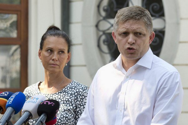 Robert Fico s manželkou Svetlanou 14. augusta pred Úradom vlády presviedčal novinárov, že nemá žiadny účet v Belize.