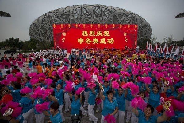 Peking oslavuje pridelenie zimnej olympiády.