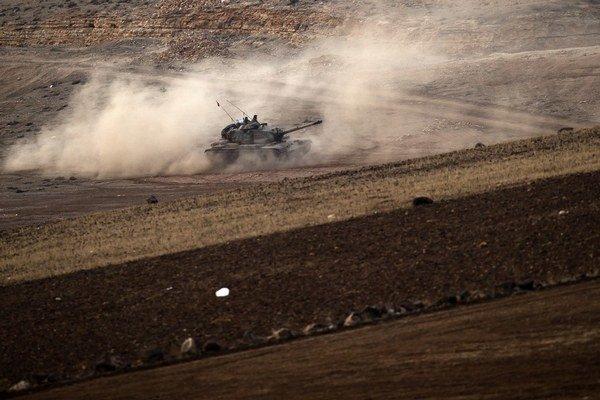 Turecký tank v blízkosti sýrskych hraníc.