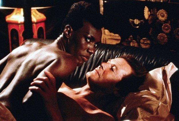 Roger Moore ako najstarší James Bond vo veku 57 rokov a Grace Jones v snímke Vyhliadka na smrť (1985).
