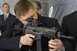 Premiér Fico bol v júli  vo Vojenskom opravárenskom podniku v  Novákoch. Na nákup zbraní sa pozrel inou optikou.