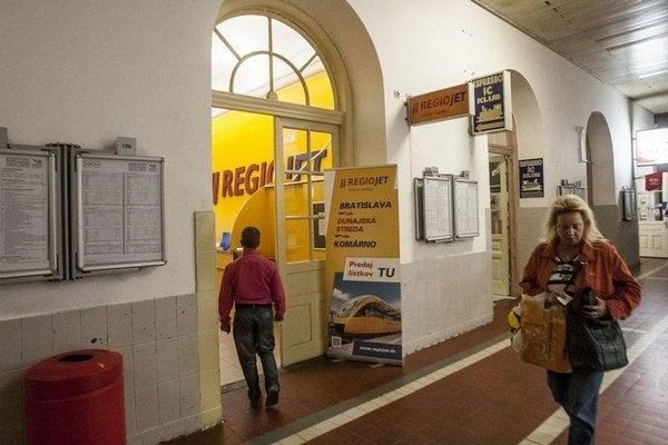 V Bratislave využíva RegioJet celú miestnosť, v Košiciach ešte nemá nič.