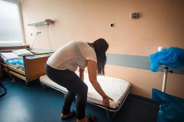 V izbe na onkologickom oddelení detskej nemocnice mala matka včera aj lôžko, muselo však byť zložené.