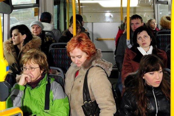 Cestujúci MHD využívajú čoraz menej.