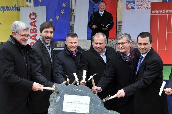 Šéf Národnej diaľničnej spoločnosti Milan Gajdoš (vpravo) vyraďuje z tendrov firmy, ktoré boli v minulosti v karteloch.